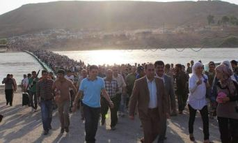 Syrian refugees heading to the border